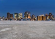 Moderne gebouwen in de stad, met lege concrete vloer De achtergrond van de stad royalty-vrije stock afbeelding