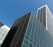 Moderne gebouwen en blauwe hemel Knippend inbegrepen weg Grote stad Royalty-vrije Stock Afbeeldingen