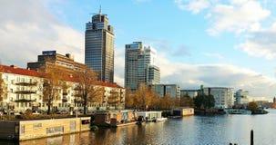 Moderne gebouwen en botenhuizen bij de amstelrivier in Holland royalty-vrije stock afbeelding