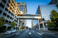 Moderne gebouwen en Vriendschappelijke Weg, in Greensboro van de binnenstad, Nr royalty-vrije stock foto