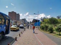 Moderne gebouwen, mensen, auto's op de straten van hoofdcit Stock Foto