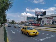 Moderne gebouwen, mensen, auto's op de straten van hoofdcit Royalty-vrije Stock Fotografie