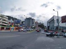 Moderne gebouwen, mensen, auto's op de straten van hoofdcit Royalty-vrije Stock Foto