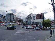 Moderne gebouwen, mensen, auto's op de straten van hoofdcit Stock Foto's