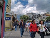 Moderne gebouwen, mensen, auto's op de straten van hoofdcit Stock Afbeelding