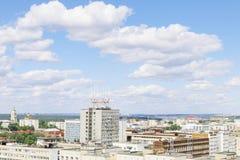 Moderne gebouwen in woonwijk van grote stad Royalty-vrije Stock Afbeeldingen