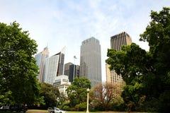 Moderne Gebäude und Bäume Stockfotografie