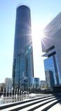 Moderne Gebäude unter dem blauen Himmel Stockfotos
