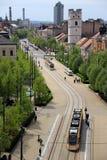 Moderne gele trams in Debrecen, Hongarije, in een zonnige de lentedag stock afbeeldingen