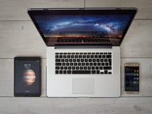 Moderne Geräte, Smartphone, iPad, Laptop, grauer Hintergrund, Vogelperspektive lizenzfreies stockbild