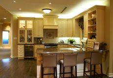 Moderne geräumige Küche Stockbilder