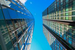 Moderne Geschäfts-Wolkenkratzer im Stadtzentrum lizenzfreies stockbild