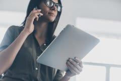 Moderne Geschäftsfrau bei der Arbeit Stockfoto