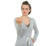 Moderne Geschäftsfrau, die auf Nägeln schaut lizenzfreie stockfotografie
