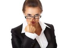 Moderne Geschäftsfrau, die Brillen geraderichtet Lizenzfreie Stockfotos