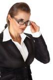 Moderne Geschäftsfrau, die Brillen geraderichtet Stockfoto