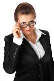 Moderne Geschäftsfrau, die Brillen geraderichtet Lizenzfreies Stockbild