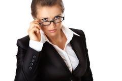 Moderne Geschäftsfrau, die Brillen geraderichtet Lizenzfreie Stockbilder