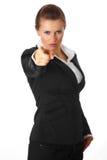 Moderne Geschäftsfrau, die Finger auf Sie zeigt Stockfotografie