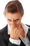 Moderne Geschäftsfrau, die Finger auf Stirn zeigt Stockfotos