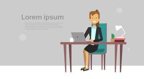 Moderne Geschäftsfrau, die an Laptop-Computer Sit At Office Desk Over-Hintergrund mit Kopien-Raum arbeitet Lizenzfreie Stockfotos