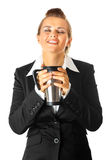 Moderne Geschäftsfrau, die Tasse Kaffee genießt Lizenzfreies Stockbild
