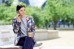 Moderne Geschäftsfrau, die am Telefon spricht Stockfotografie