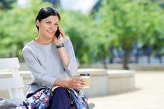 Moderne Geschäftsfrau, die am Telefon spricht Lizenzfreies Stockfoto