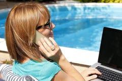 Moderne Geschäftsfrau, die zu Hause arbeitet Lizenzfreies Stockfoto