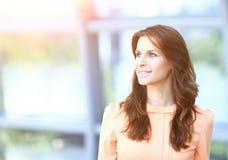 Moderne Geschäftsfrau im Büro, das in Richtung des virtuellen Werbetexts blickt Stockbild