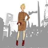 Moderne Geschäftsfrau im Jacken- und Midi-Bleistiftrock, Büroblick Lizenzfreies Stockfoto