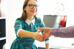 Moderne Geschäftsfrau mit dem Arm verlängerte auf Händedruck Stockbild