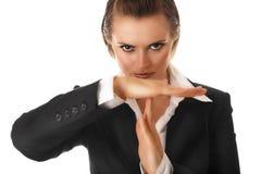Moderne Geschäftsfrau mit Zeit heraus kreuzte Arme Stockfoto