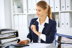 Moderne Geschäftsfrau oder überzeugter weiblicher Buchhalter im Büro Studentenmädchen während des Prüfungsvorbereitens Rechnungsp lizenzfreie stockfotos