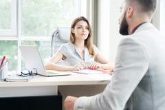 Moderne Geschäftsfrau Talking zum Kunden stockfoto