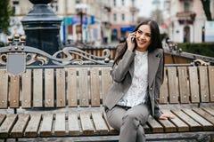 Moderne Geschäftsfrauen mit Telefon Lizenzfreies Stockfoto