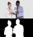 Moderne Geschäftsleute, die an einer Tablette, Alpha Channel arbeiten stockfotos