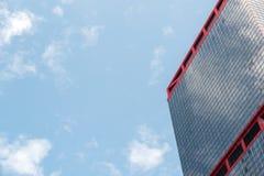Moderne Geschäftslokalwolkenkratzer bei Sheung Wan Hong Kong mit blauem Himmel Stockbild