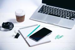 Moderne Geschäftswerkzeuge auf einem hölzernen weißen Hintergrund lizenzfreie stockbilder