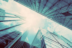 Moderne Geschäftswolkenkratzer, Architektur der hohen Gebäude in der Weinlesestimmung Lizenzfreies Stockbild