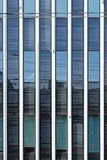 Moderne Geschäftszentrumwand mit Glas Beschaffenheit stockfotografie