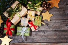 Moderne Geschenke auf einer hölzernen rustikalen Tabelle mit Kopienraum Abstraktes Hintergrundmuster der weißen Sterne auf dunkel Lizenzfreie Stockfotos