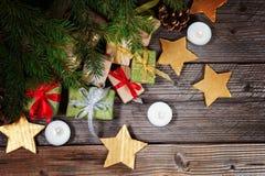 Moderne Geschenke auf einer hölzernen rustikalen Tabelle mit Kopienraum Abstraktes Hintergrundmuster der weißen Sterne auf dunkel Stockbilder