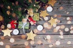 Moderne Geschenke auf einer hölzernen rustikalen Tabelle mit Kopienraum Abstraktes Hintergrundmuster der weißen Sterne auf dunkel Stockfotografie
