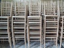 Moderne gestapelde zilveren stoelen royalty-vrije stock fotografie