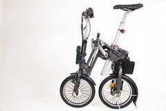 Moderne gevouwen die e-fiets op witte achtergrond wordt geïsoleerd stock foto's