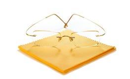 Moderne Gläser mit Tuch für Reinigung Stockbild