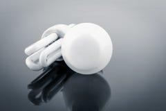 Moderne Glühlampen gegen weißglühendes Stockfotografie
