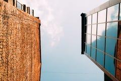 Moderne glas en baksteengebouwen, mening van onderaan Stock Afbeelding