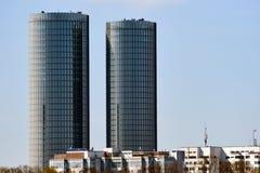 Moderne Glaswolkenkratzer riga Stockbilder
